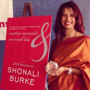 Shonali Burke receiving the 2015 Matrix Award from AWC-DC